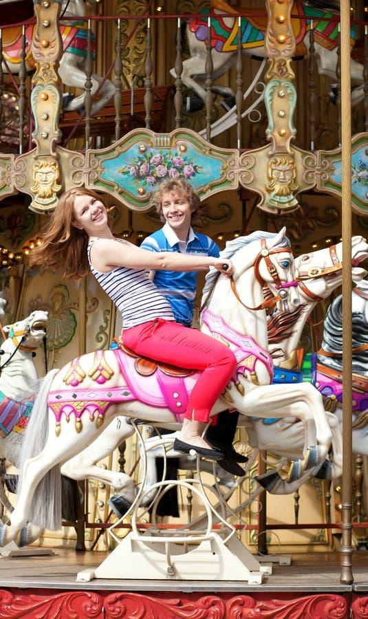 gladlynt par som tycker om, går den glada rounden royaltyfri bild