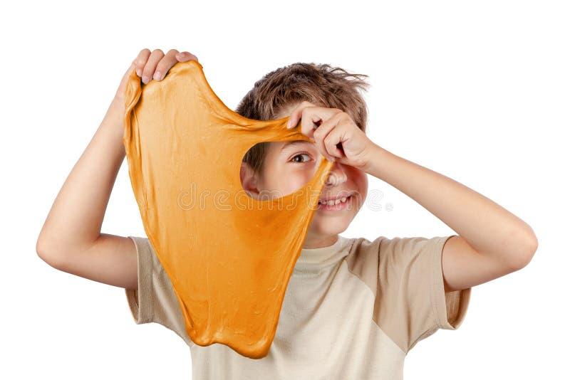 Gladlynt pojke som rymmer en slam och ser kastet dess h?l royaltyfri fotografi