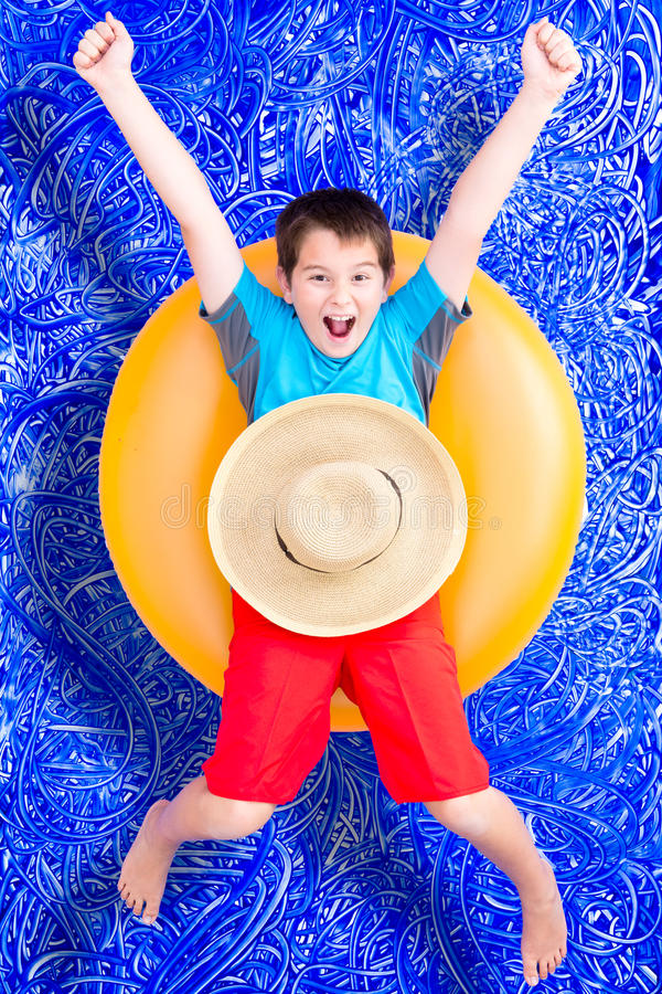 Gladlynt pys som firar hans sommarferie arkivbilder