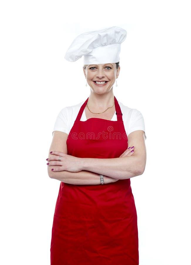 Gladlynt säker kvinnlig kock royaltyfri foto