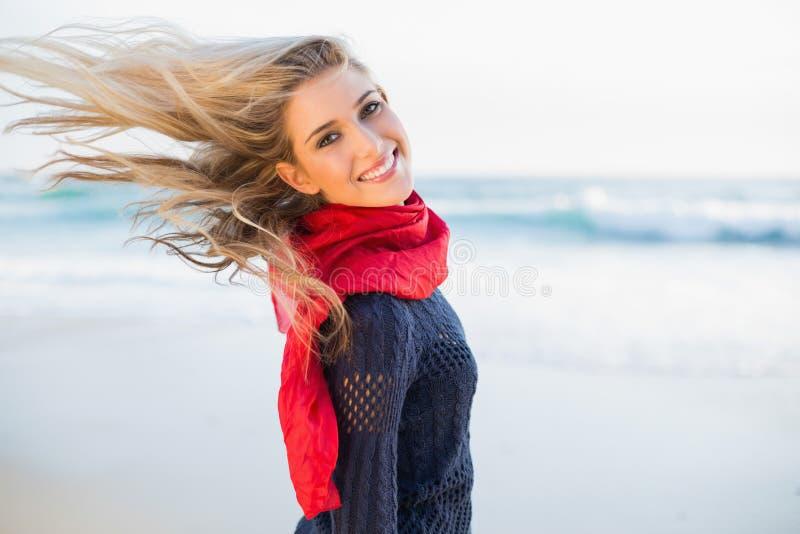 Gladlynt sexig blondin som kastar hennes hår arkivbilder