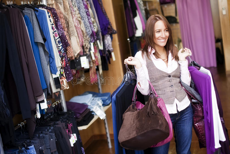 gladlynt shoppingkvinna royaltyfria foton