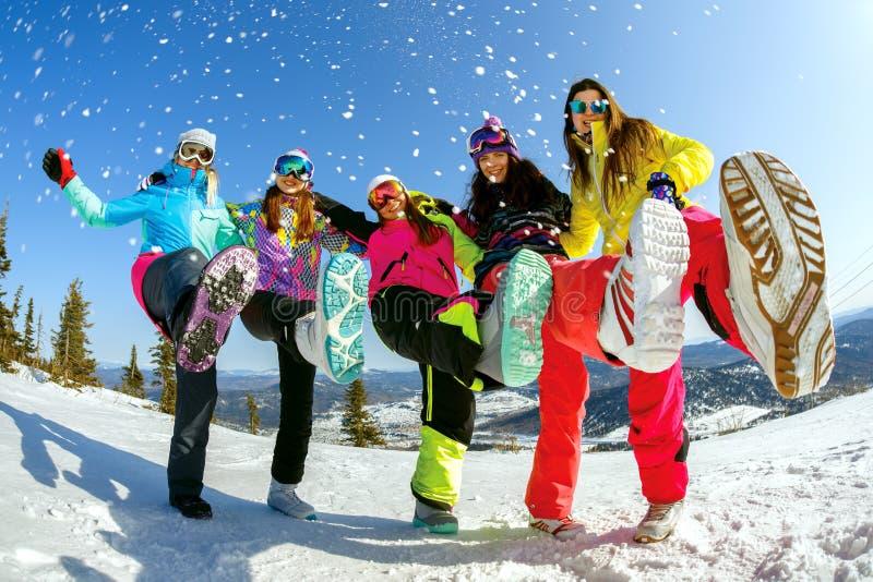 Gladlynt snowboarder som överst poserar av ett berg royaltyfria foton