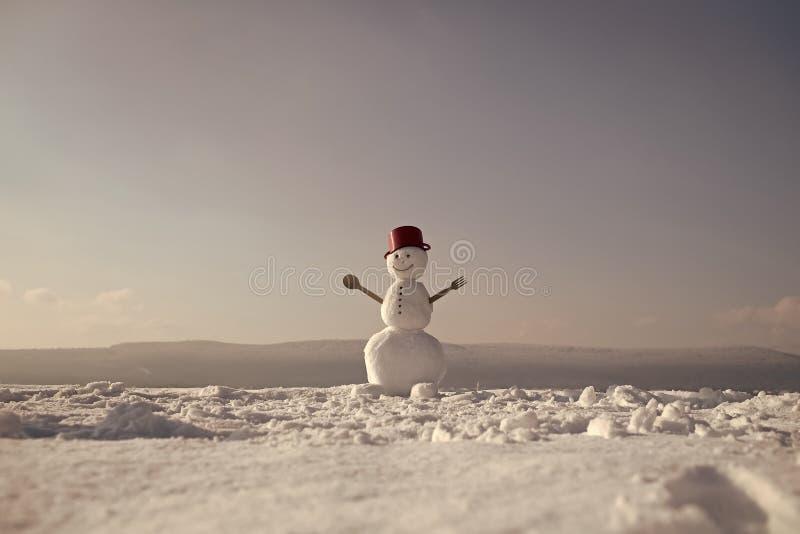 gladlynt snowman Snögubbekock för nytt år från snö med krukan royaltyfria bilder