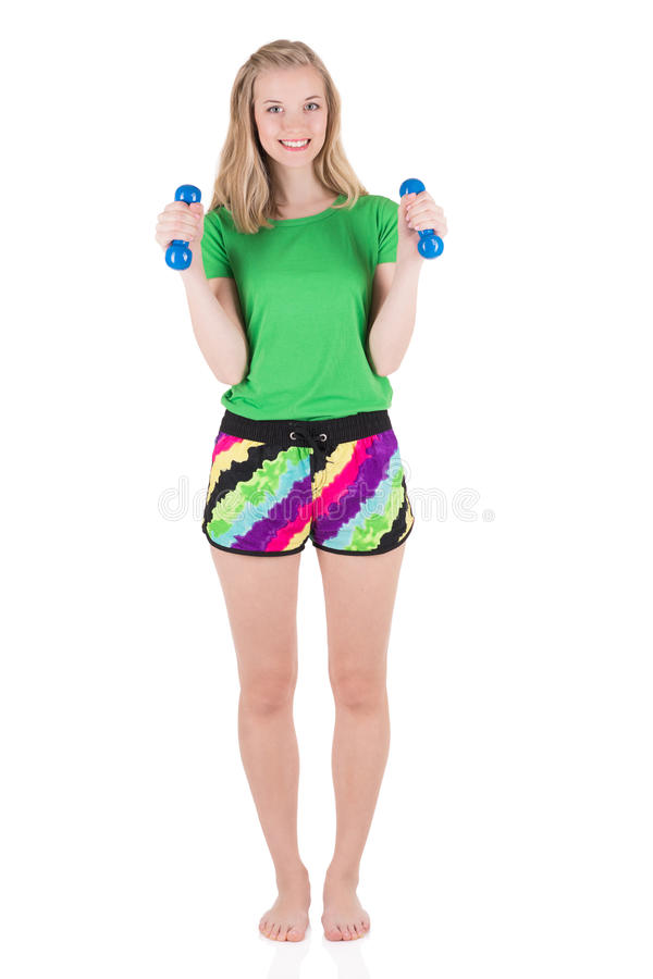 Gladlynt sportig blond kvinna som bär i hantlar för sportswearinnehavblått royaltyfri foto