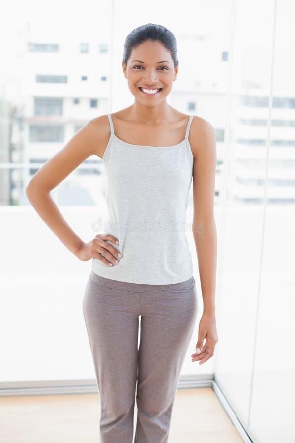Gladlynt sportigt posera för ung kvinna arkivbild