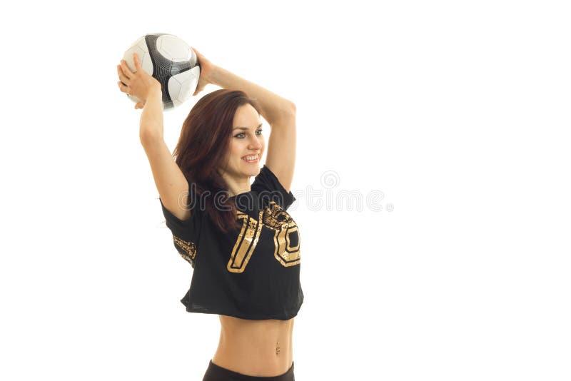 Gladlynt sportkvinna som spelar fotboll och att le royaltyfria foton