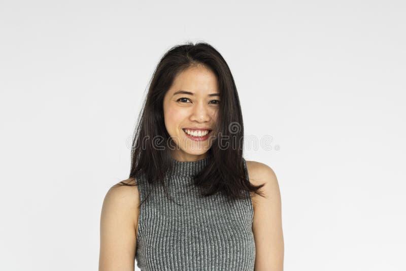 Gladlynt ståendebegrepp för asiatisk kvinna royaltyfri bild