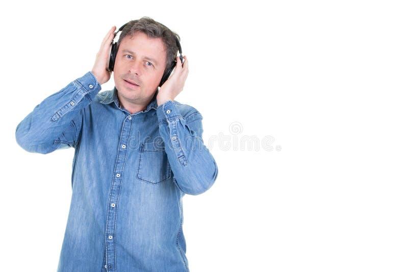Gladlynt stilig man som tycker om sjunga musik royaltyfri foto