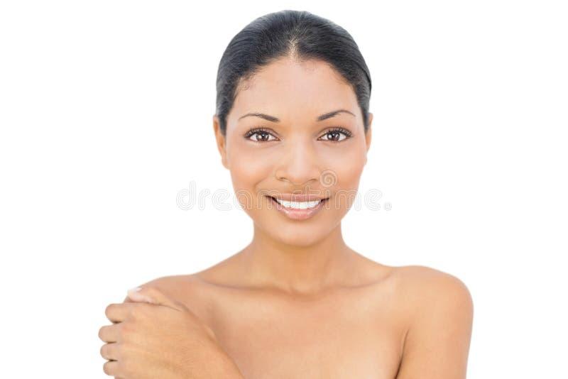 Gladlynt svart haired posera för modell arkivbild