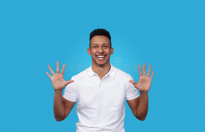 Gladlynt svart man som visar tomma händer arkivfoton