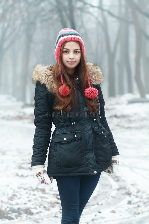 Download Gladlynt tonårig flicka fotografering för bildbyråer. Bild av modell - 37348099