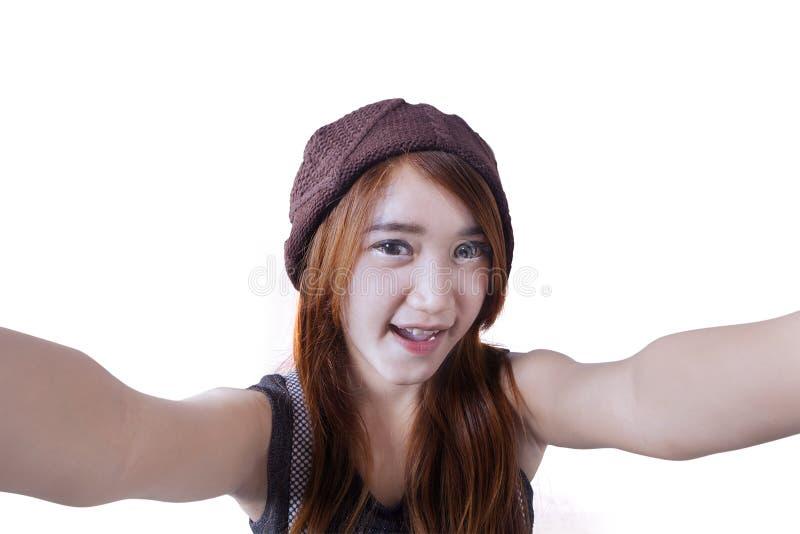 Gladlynt tonårs- flicka som gör selfie arkivbilder