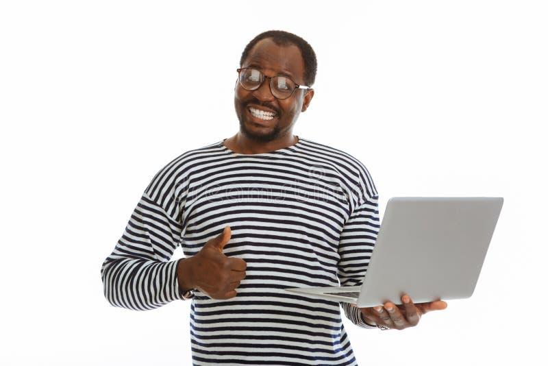 Gladlynt trevlig man som visar en reko gest arkivbild