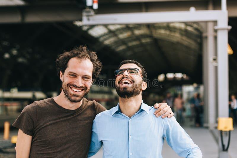 Gladlynt tyskt och syrianskt skratta för män arkivbilder