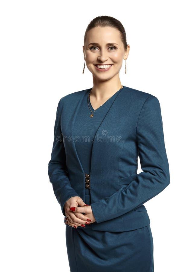 Gladlynt ung affärskvinna på vit bakgrund arkivfoto