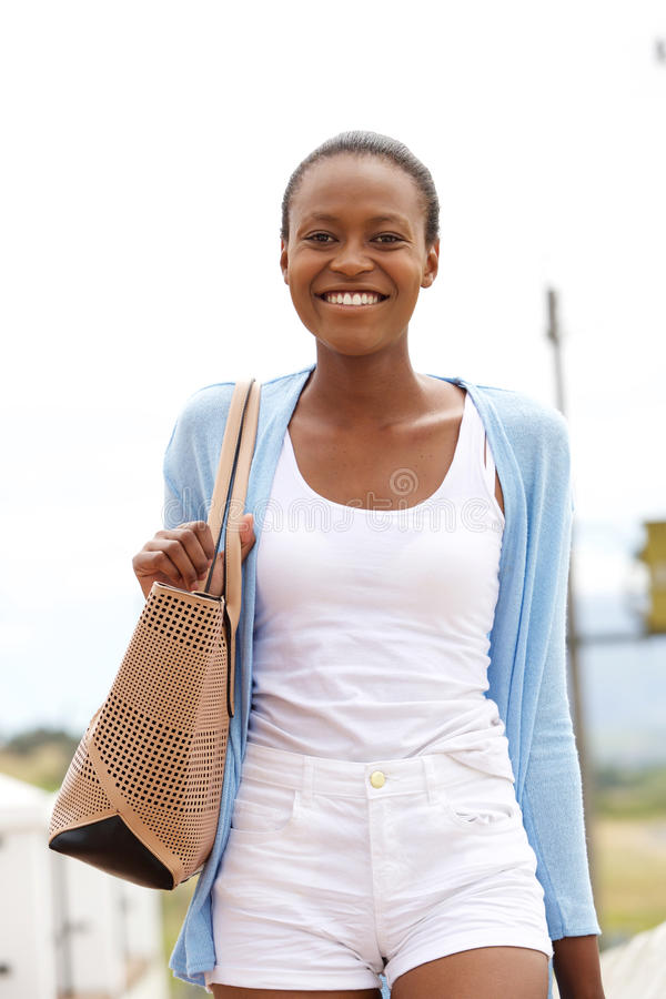 Gladlynt ung afrikansk kvinna med påsen fotografering för bildbyråer
