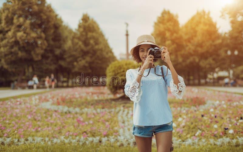 Gladlynt ung brasiliansk kvinnlig med outdoo för tappningfotokamera arkivbild