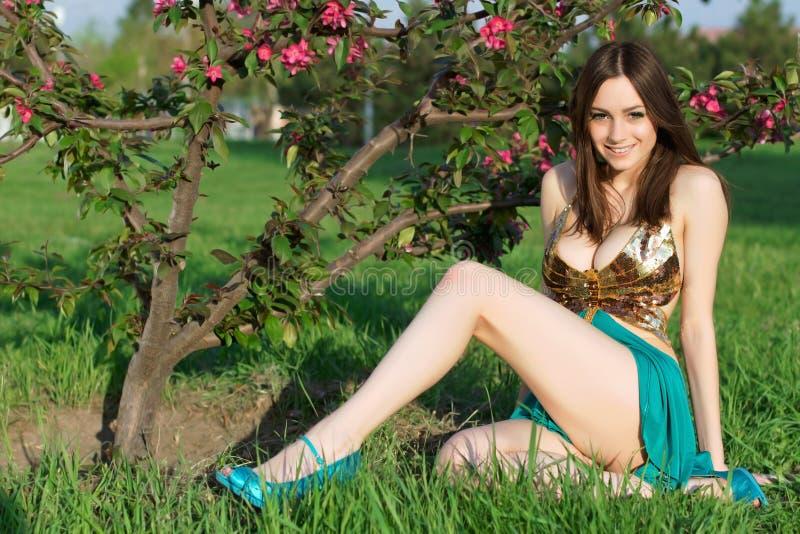 Gladlynt ung dam fotografering för bildbyråer