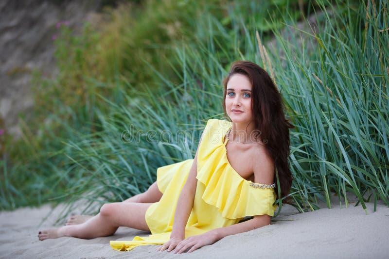 Gladlynt ung flicka på stranden arkivfoton