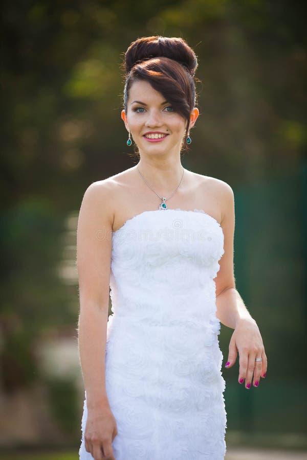 Gladlynt ung härlig gullig stilfull brud som gifta sig beröm royaltyfri fotografi