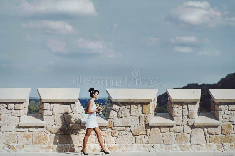 Gladlynt ung härlig gullig stilfull brud som gifta sig beröm arkivfoton