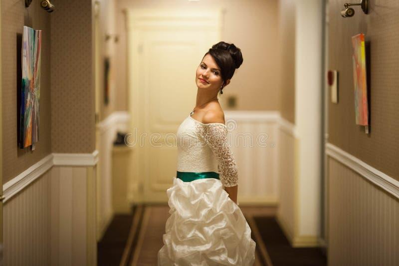 Gladlynt ung härlig gullig stilfull brud som gifta sig beröm royaltyfri foto