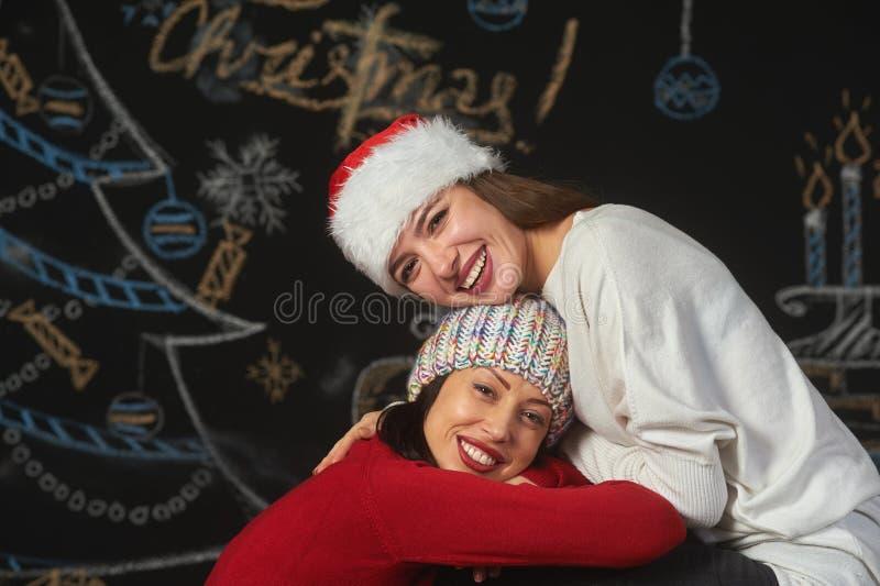 Gladlynt ung kvinna i hattar för jultomten` s royaltyfria foton