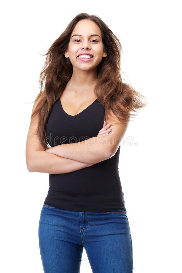 Gladlynt ung kvinna i tillfällig kläder som ler med korsade armar royaltyfria bilder