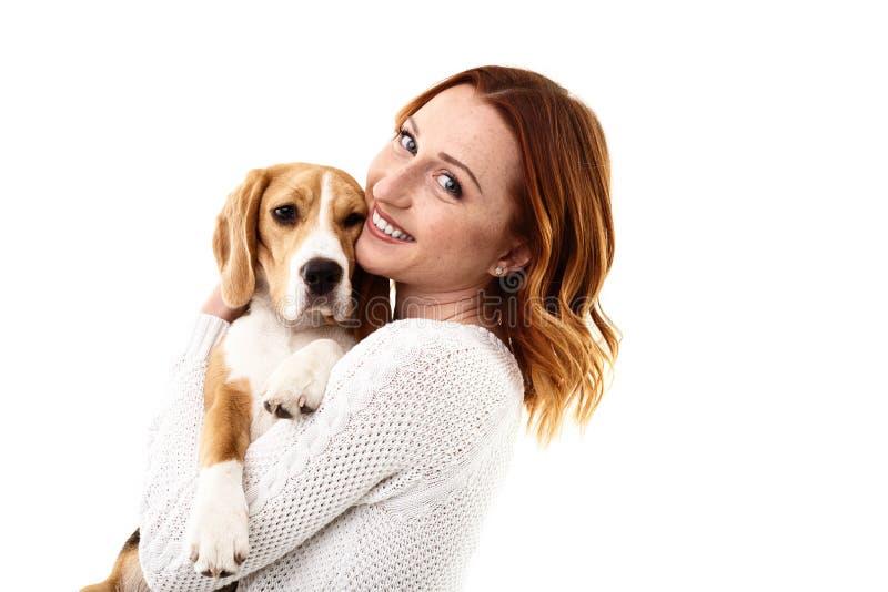 Gladlynt ung kvinna med hennes nätta hund royaltyfri foto