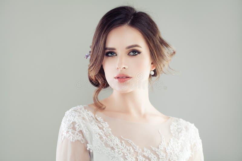 Gladlynt ung kvinna med makeupståenden arkivbild