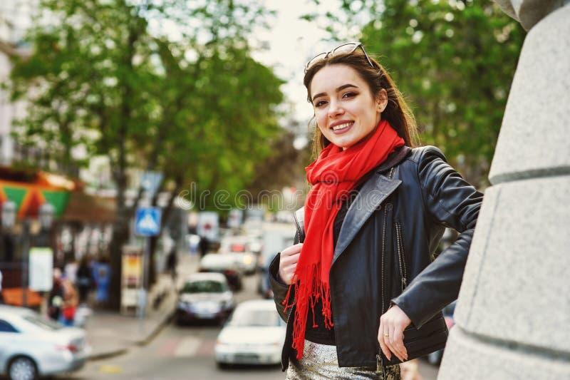 Gladlynt ung kvinna på gatorna av den europeiska staden royaltyfri fotografi