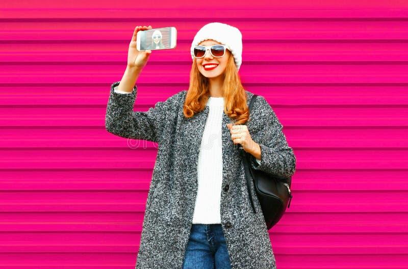 Gladlynt ung le kvinna som tar selfie vid smartphonen royaltyfria bilder