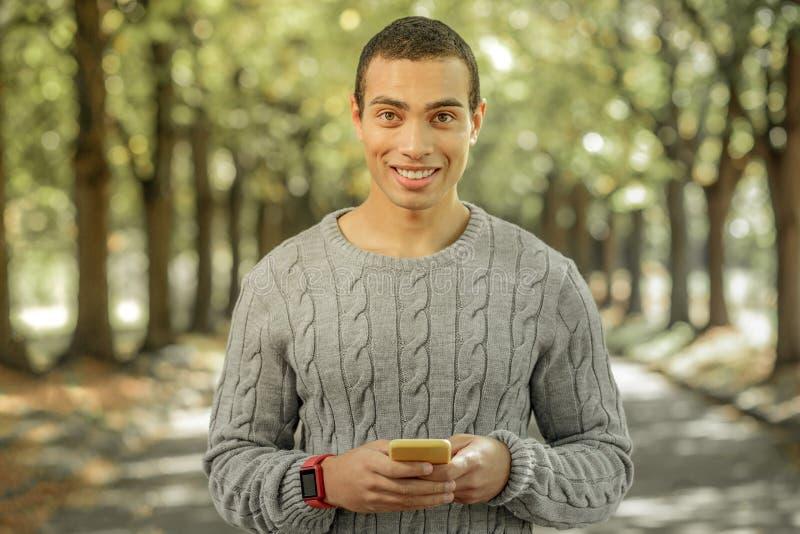 Gladlynt ung man som utanför spenderar solig dag royaltyfri fotografi