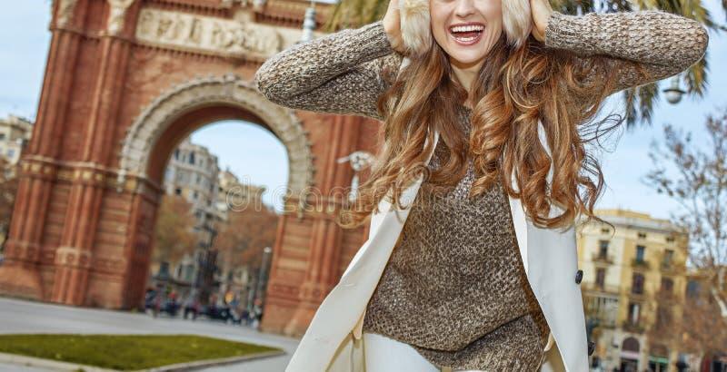 Gladlynt ung modelejon i öronskydd i Barcelona, Spanien royaltyfri fotografi