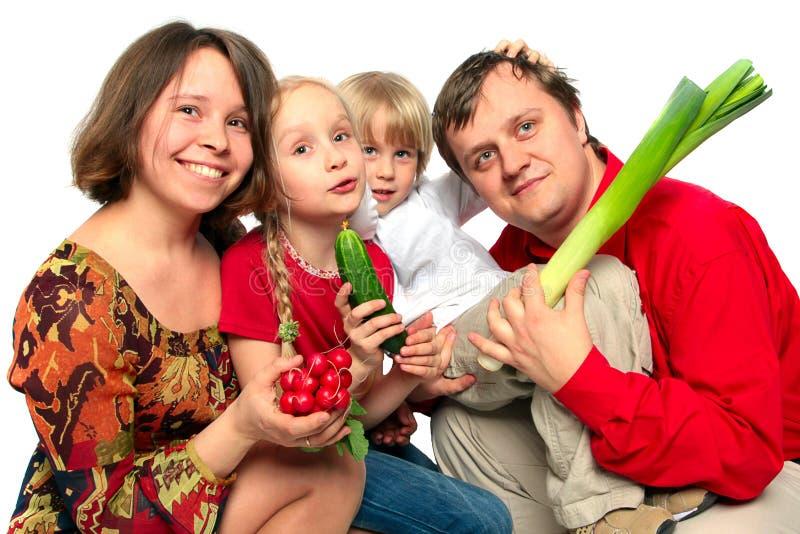 gladlynt unga familjgrönsaker royaltyfri foto