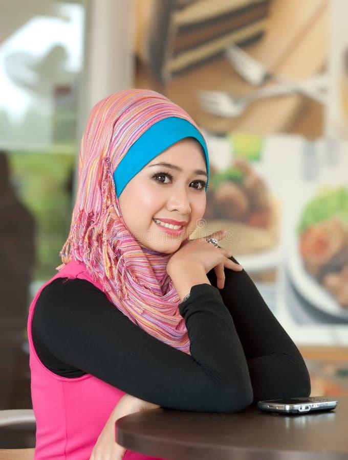 gladlynt unga muslimkvinnor arkivfoton