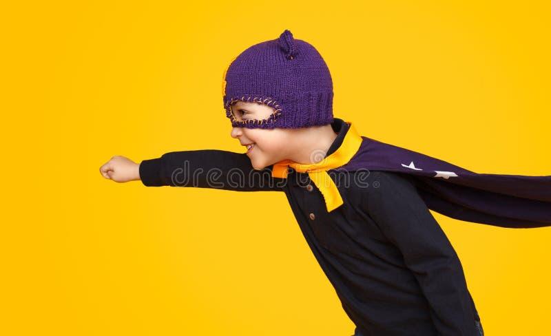 Gladlynt unge i superherodräkt royaltyfri fotografi