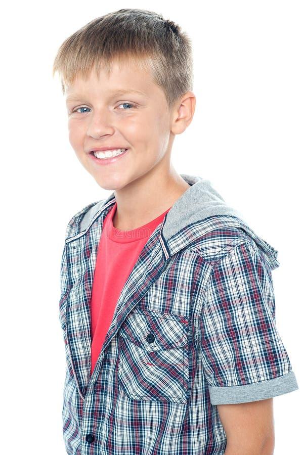 Gladlynt ungt caucasian posera för pojke fotografering för bildbyråer