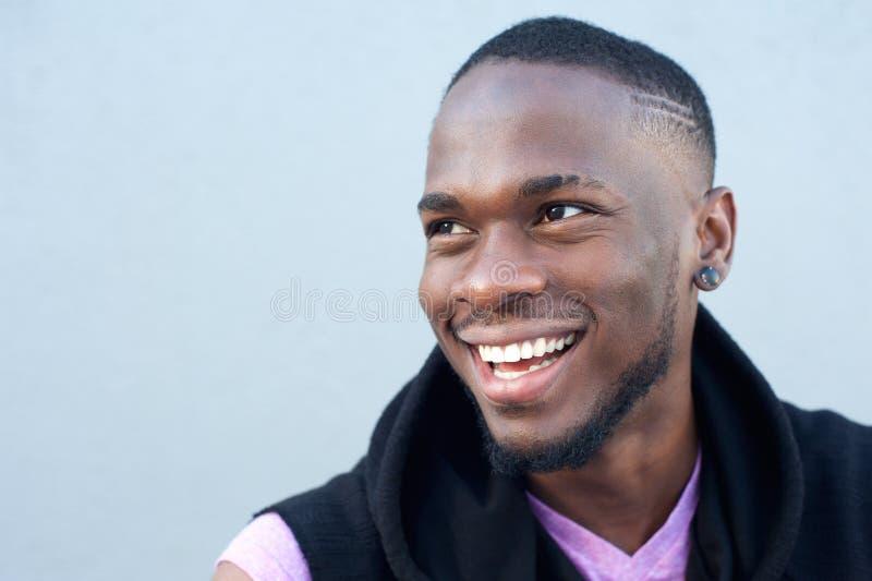 Gladlynt ungt le för afrikansk amerikanman royaltyfria bilder