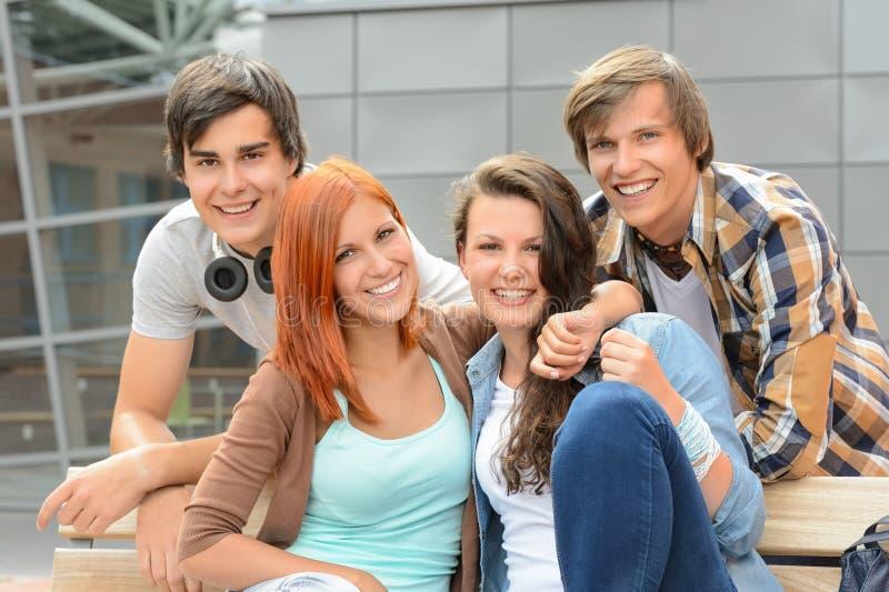 Gladlynt universitetsområde för yttersida för studentvänner tillsammans royaltyfri bild