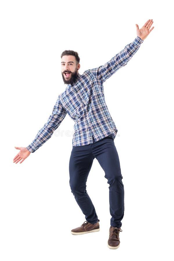 Gladlynt upphetsad skäggig affärsman med välkomnande krama gest för öppna armar royaltyfri foto