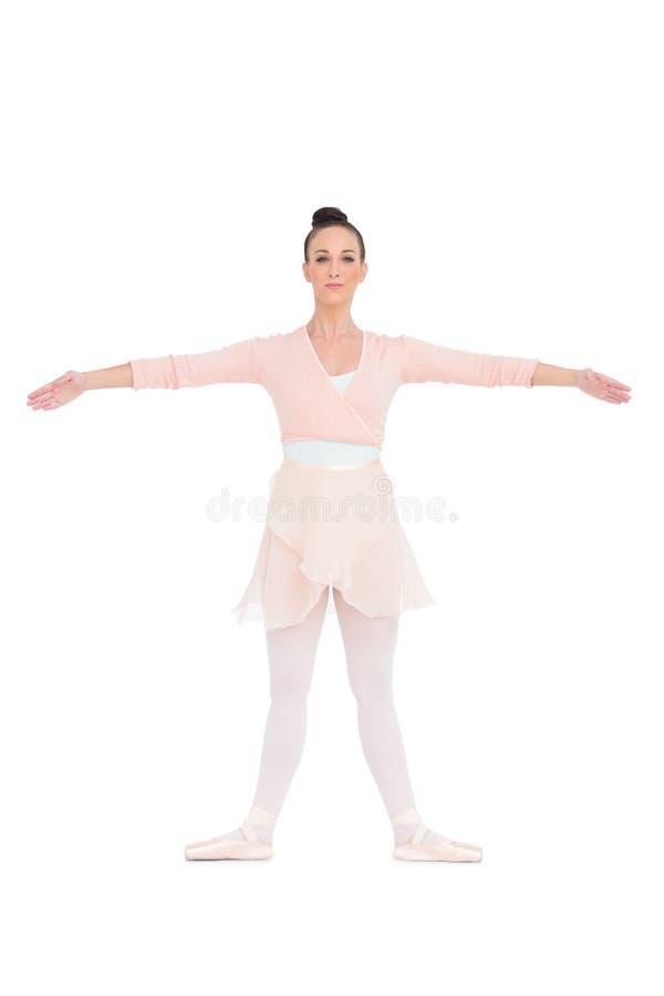 Gladlynt ursnygg ballerina som poserar för kamera arkivbild
