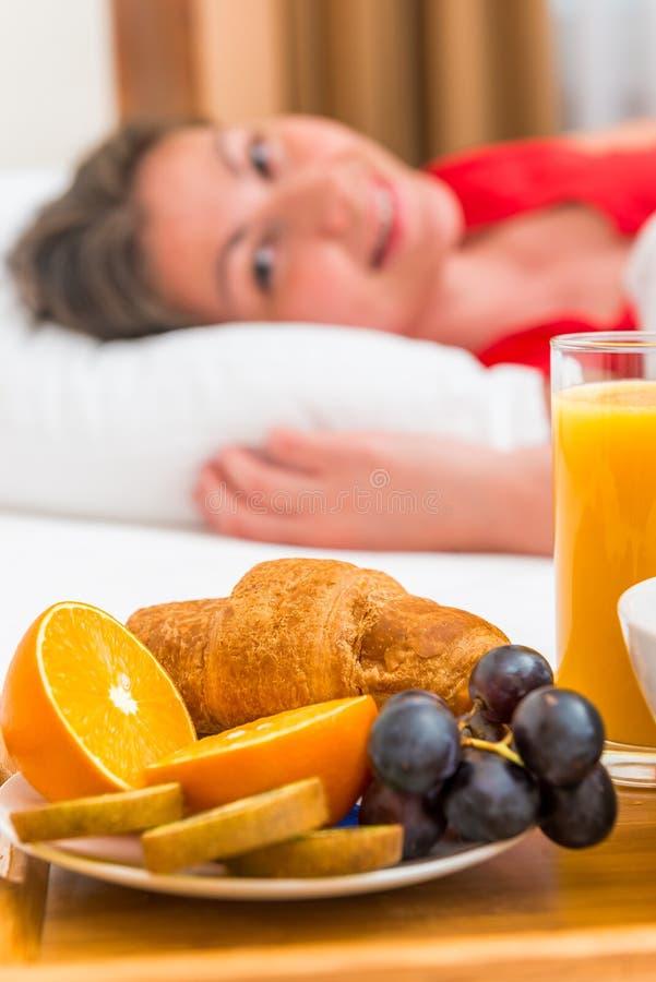 Gladlynt väckte flickan och frukosten fotografering för bildbyråer