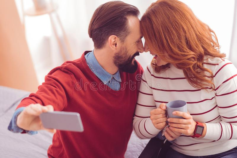 Gladlynta älska par som uttrycker deras sinnesrörelser royaltyfri foto