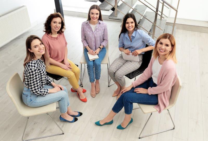 Gladlynta damer på möte inomhus kvinnamaktbegrepp royaltyfria foton