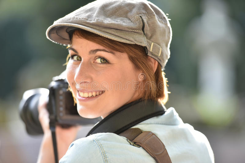 Gladlynta danandefoto för ung kvinna arkivfoto