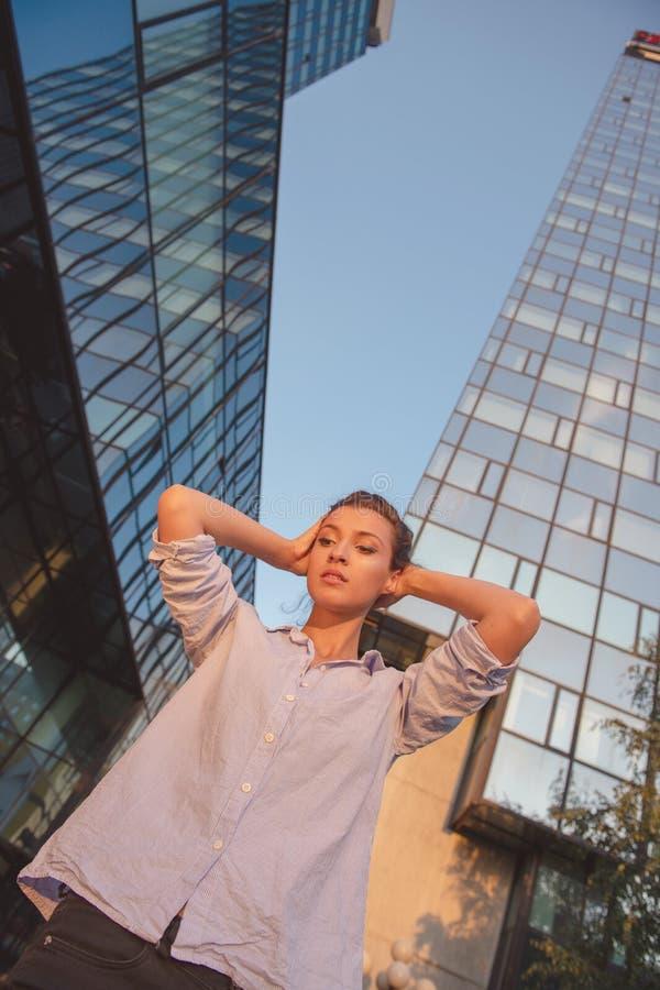 Gladlynta flickaskratt i mitt av en stor aveny arkivfoto