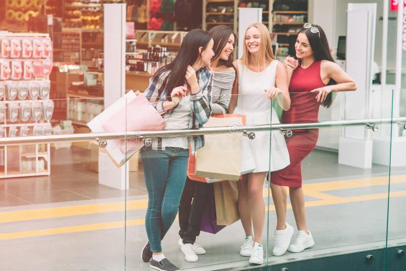 Gladlynta flickor ser de och att le De står på kanten av den glass räkningen Flickor spenderar arkivfoton