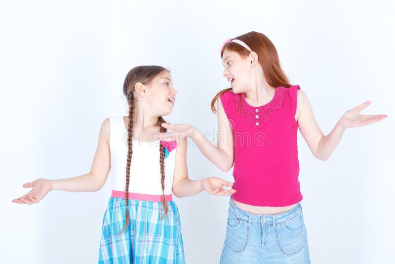 Gladlynta flickor som tillsammans spelar royaltyfri bild